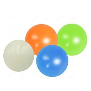 4pcs Stick Palloni da parete Stick Sticky bersaglio palla fluorescente soffitto palla senza sforzo Decompressione giocattolo Catch Throw Ball Bambini Giocattoli Y0407