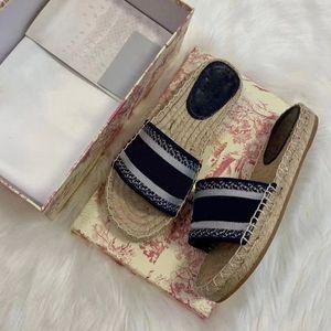 2020 París Zapatillas para mujer Scoffs Sandalias de verano Playa Slide Slippers Chicas Flip Flops Mocasines Hermosa zapatilla bordada