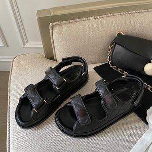 Роскошные дизайнерские кожаные сандалии универсальные повседневные сетки сетки волшебные палочки туфли узкополосную липучку плоский стилист средней женской петлей