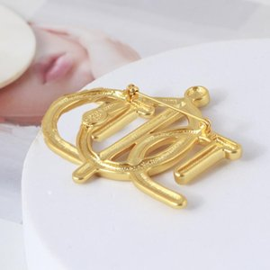 Wholesale geometric braided brooch, interlaced letters, corsage, pearl and rhinestone inlaid female high-quality accessories
