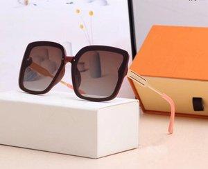 Lunettes de soleil de style de mode UV design Sun lunettes différentes couleurs avec boîte 041506