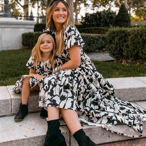 Familie Matching Outfits Mutter Tochter Kleider Kleidung Abstammung Mädchen Kleidung Kinder Sommer Kurzarm Blume Strand Lange B5366