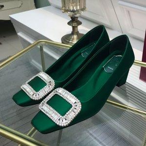 2021 Tacón medio del talón femenino Zapatos formales de pies cuadrados Toe azul Verde Diseñador de moda Profesional Oro Pink Diamante Diamante Decorativo Bloque Talón Cubierta de la bomba de la suela