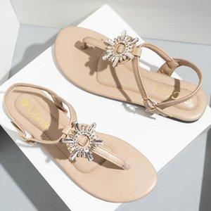 Flip-flops pour femmes PVC Femmes Sandale plate Boucle de boucle de boucle en métal Jelly Beach Chaussures