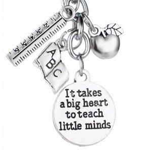 12 шт. Металлические подвески Ключ для ключей Требуется большое сердце, чтобы помочь сформировать маленькие умы Beychain Apple Ruler ABC Письма Учителя Ключные цепочки 634 к2