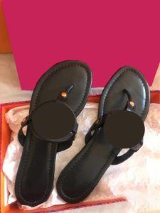 2021 Diseñador de alta calidad 10 Color Hollow Out Flip Flaks Adecuado para usar sandalias de goma, zapatillas resistentes al desgaste en verano Indoo