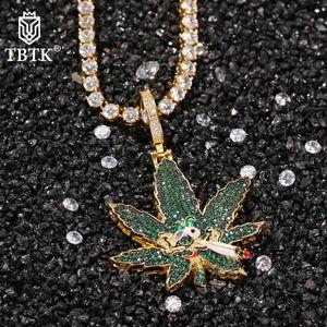 Hiphop Iced Out Bling Green CZ Hojas Colgantes con collar de cadena de tenis Hombres Mujeres Charms creativos Joyería Regalo Colgante Collares