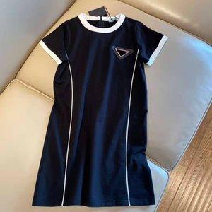Femmes robe robe chemise en jean sans manches pour le printemps estivaleur style décontracté avec budge lettre Lady Slim Robes Ceinture Plissé Jupe Bouton Zipper Buste Tops