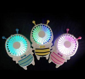 DHL Handy Usb Charge Charge Fan Mini Bee Poignée Chargage Ventilateurs électriques Mince Portable Portable Lumière de nuit Lumineux pour Home Office Cadeaux 3 Couleurs