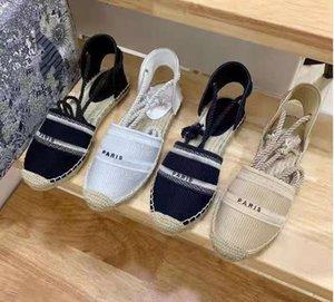 الصيف 2021 حار بيع شقة عارضة الأزياء الفاخرة مطرزة كلمة صياد الأحذية الجلود المرأة الأحذية تخطي حبل القش المنسوجة الصنادل