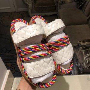 Sandalias de la suela de goma de las mujeres Top Correas de cuero Crossover Design Summer Play Shoes Casual Plano Sandalias Carta Hardware Ladies Beach Shoe