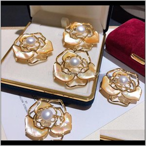 Pins, Fashion Luxury Glittering 3D Hollow Camellia Flower Fresh Water Elegant Pearl Pin Designer Brooches For Woman Ladies E4Seq Msbcr