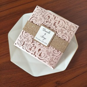 Hellrosa personalisierte drucklaser geschnittene hochzeitseinladungskarten mit glitter bauchband und tag diy glittery einsatz brautdusche lädt einlädt