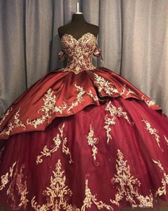Borgogna Quinceanera Abiti 2021 Off The Shoulder Gold Beaded Paillettes Pizzo Applique Tiered Satin Tulle Sweep Train Corset Back Sweet 15 16 Princess Gown Vestido