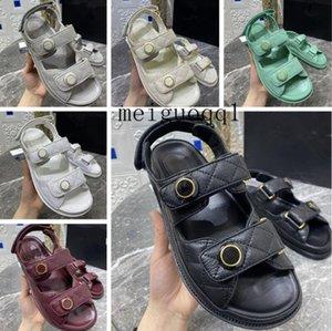 A principios de la primavera 2021, la nueva sandalia de plataforma de velcro a cuadros está disponible en tamaños 35-40