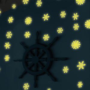 50 unids / lote Snowflake Pegatinas de Pared Calcomanía Glow in The Dark Baby Kids DIY Dormitorio Decoración Del Hogar Luminoso Fluorescente Etiqueta de La Pared