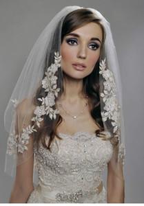 2015 Hot Velo da sposa arabo musulmano Bianco Avorio Corto Velo da sposa vintage Velo a gomito Lunghezza Due strati In rilievo Pizzo Appliques