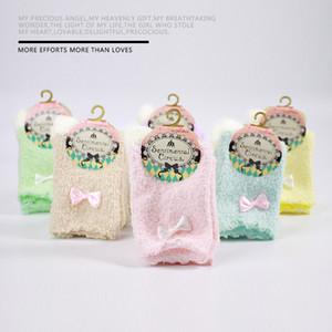 MOQ 24 Paare neuer Winter-Frauen Fuzzy Socken Netter Bowknotdekoration Warm Coral Fleece Short Strumpfwaren