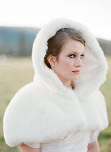 Stok Kapşonlu Beyaz Fildişi Sahte kürk ceket Düğün Gelin sarar Isıtıcı Kısa Kadınlar Şal Capes Ücretsiz kargo Ucuz Yeni Romatic Kış