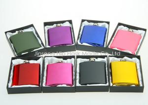 Enduit de couleur 6 oz Flasque en acier inoxydable dans l'emballage coffret cadeau noir, soie blanche doublée, sans logo personnalisé