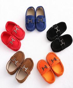 chaussures pour garçons Leathe Soft Bottom Toddler Interior Chaussures en cuir pour bébés Chaussures de marche Nouveau-né 0-18 mois Pompons