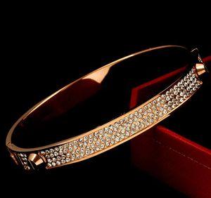 Modelos de pareja europea y americana remaches de acero de titanio tridimensional diamante pulsera de oro rosa resorte a presión