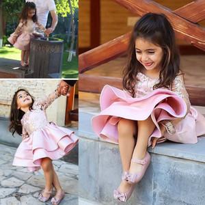 2018 Abiti da spettacolo in pizzo di raso corto rosa maniche lunghe per matrimoni bella cerniera al ginocchio abito da festa per bambina di fiori