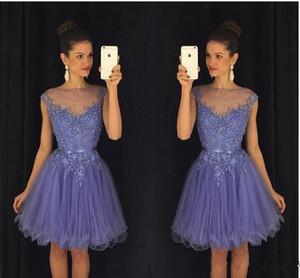 2018 nuevos vestidos de fiesta de lavanda pura cuello redondo vestidos de fiesta mangas de encaje apliques cortos vestidos de fiesta con cinturón sin espalda mini vestidos