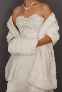 2020 New Hot Em armazém Inverno Branco Marfim Faux Fur casamento Jacket Wraps nupcial Warmer Mulheres Xaile Capes Com Muffs Acessórios Custom Made