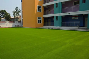 simulation de gazon artificiel de pelouse Utilisation de gazon artificiel en pelouse en plastique pour le jardin, les terrains de football, les parcs et les immeubles de bureaux