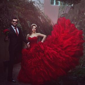 2018 nouvelles robes de mariée princesse rouge robe de bal sweetheart style arabe dos nu nouvelles volants en cascade robes de mariée Vintage Puffy