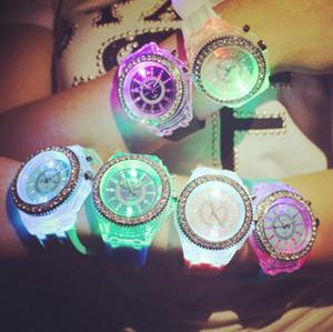 빛나는 다이아몬드 시계 실리콘 LED 다채로운 조명 다이아몬드 시계 여성 숙녀 시계 손목 시계 커플 학생 시계 OOA2658