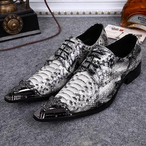 Luxury 2016 Snake Skin Print Slip On para hombre Zapatos de pincho Spiked Flats Metálico Hombres Studded Mocasines