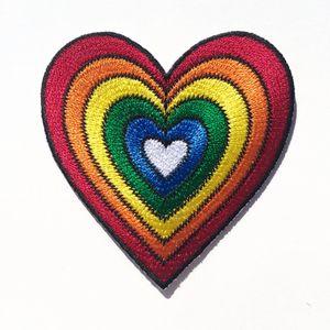 Bonito Dos Desenhos Animados Colorido Rainbow Heart Patch Iron-On Ou Sew-On Bordado Remendo Multicor Coração 2.75 POLEG ...