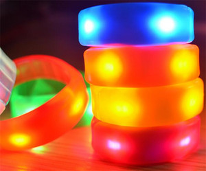Controllo del suono Musica attivata Led lampeggiante Braccialetto Light Up Bangle Wristband Night Club Activity Party Bar Disco Cheer 7 colori D866