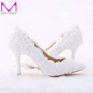 Punta puntiaguda Encaje blanco y perla Zapatos de boda nupciales Mujeres Talón fino Zapatos cómodos de baile Bombas hechas a mano para fiestas de cumpleaños