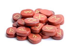Набор из 25 природных Красный яшма резной Кристалл рейки исцеление пальмовых камней выгравированы языческие надписи Wiccan Руна камни набор с бесплатной сумке