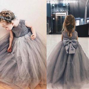 Silbergrau Sweety 2020 Ballkleid-Blumen-Mädchen-Kleider Jewel Backless Appliques mit großen Bogen-Tulle-Tiered Röcke Kommunion Kleid