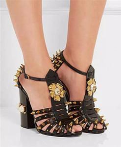تصميم الأزياء الفاخرة برشام مختلط لون الصيف غريب مصمم النساء سبايك كعب سميك مشبك الصنادل الكاحل حذاء امرأة الصنادل الذهب الأسود