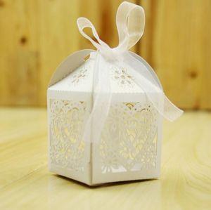 Laser Cut Love Heart Wedding Cajas de dulces Hollow Carriage Baby Shower Favors Boxes Regalos Candy Cajas Favor de los titulares con la cinta
