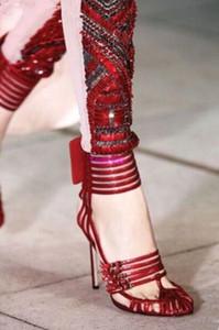 2017 Lady Sandals Fashion Women Gladiador Tacones altos Corta Zapatos Adorable Hebilla Bombas Fretwork Tale
