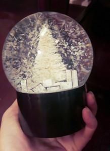 Globe de neige avec arbre de noël à l'intérieur de la voiture décoration boule de cristal nouveauté cadeau de noël avec boîte-cadeau