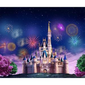 Fotografia de fogos de artifício coloridos cenário princesa castelo céu azul com estrelas de brilho rosa árvores verdes cênica papel de parede fantasia fundos