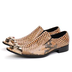 Il nuovo modo della molla del serpente modello Leather Men Dress scarpe a punta in metallo color oro Tacco Medio Slip On Shoes Maschio partito dell'oro