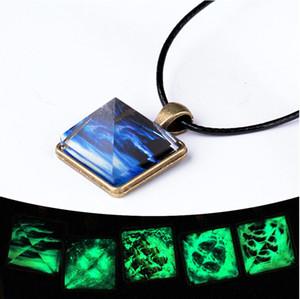Diseño de pirámide + Patrón de cielo estrellado Resplandor en la oscuridad Colgante de cristal con base de bronce antiguo 45cm Collar de gargantilla de cuerda de cera 20 estilos