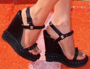Remaches de oro de moda tachonado zapatos de verano 2017 mujeres plataforma de gamuza tacones altos bombas mujeres cuña sandalias de gladiador fiesta de la boda