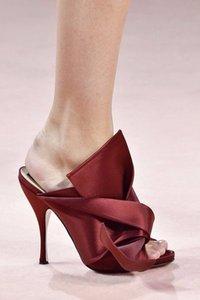 1017 Fashions De Luxe Soie Satin Gladiateur Sandales Femmes Slip-on Bow Mince Haute Chaussures À Talons Slipper D'été Sexy Mule Party Chaussures Femmes
