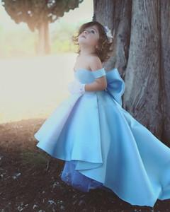 Günstige Schönes Himmelblau Blumen-Mädchen-Kleider für Hochzeiten weg Schulter-Hoch Tief langen Satin großen Bogen-Geburtstags-Kind-Mädchen-Festzug-Kleider