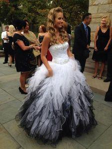 Weiße und schwarze Quinceanera-Kleider reizender Schatz weg von der Schulter-Ballkleid-Debütantin-Kleider Organza-Rüsche, die süßes 16 Kleid bördelt