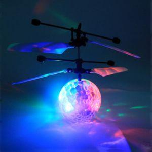 أدى كريستال الكرة الطائرة RC لعبة طائرات الهليكوبتر التعريفي الكرة المدمج في التسلق LED الإضاءة للأطفال، المراهقين Flyings ملون للطفل C2374